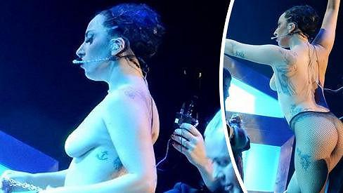 Lady Gaga šatnu nepotřebuje.