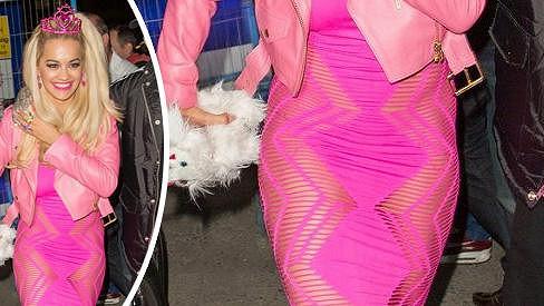 Rita Ora se obešla bez kalhotek.