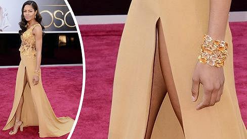 Rozparek Naomie Harris na letošních Oscarech.