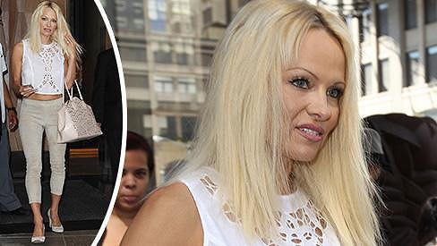 Pamela Anderson se vrátila k blond hřívě.
