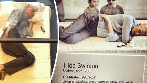 Tilda Swinton předvádí umění spánku.