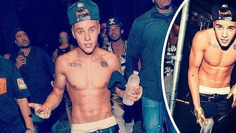 Justin Bieber se chlubí svými rýsujícími se svaly.