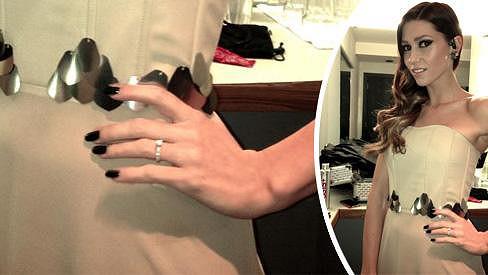 Tento krásný zásnubní prstýnek zpěvačka několik týdnů nenosila.