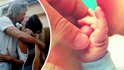 Mladí rodiče nyní září štěstím a pochlubili se fotkou dceřiny ruky.