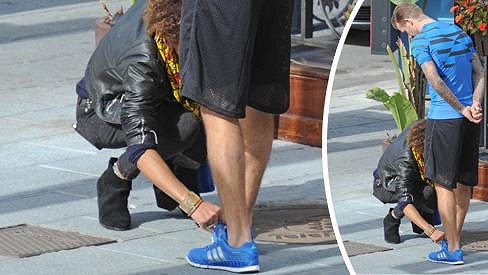 David Beckham si nechal zavázat tkaničku.