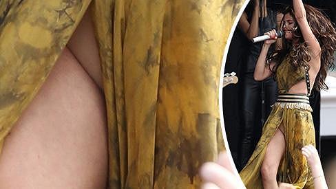 Selena Gomez na vystoupení v Bostonu nechala nahlédnout na své intimní partie.