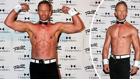 Ian Ziering předvádí své vypracované tělo ve striptýzové revui.