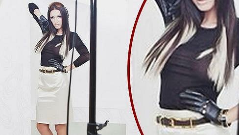 Táňa pózuje pro fotografku Miu Mirreli v průhledné blůzce. Bradavky zakrývají jen konečky vlasů.