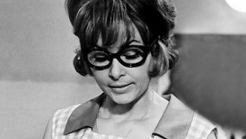 Poznáte tuto brýlatou slečnu?
