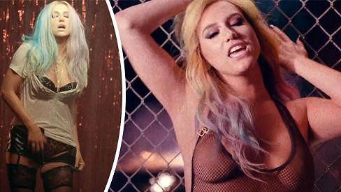 Kesha už neví, jak na sebe upozornit.