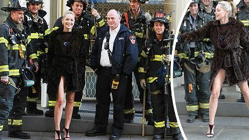 Sharon Stone s newyorskými hasiči během pauzy při natáčení filmu Fading Gigolo.