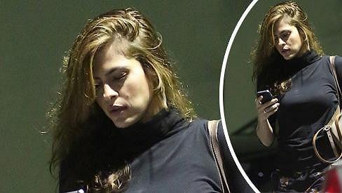 Eva Mendes pohroužená do zpráv ve svém mobilním telefonu.
