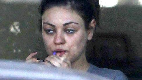 Nenalíčená Mila Kunis sice nevypadá tak krásně jako na červeném koberci, ale notnou dávku sexappealu nezapře.
