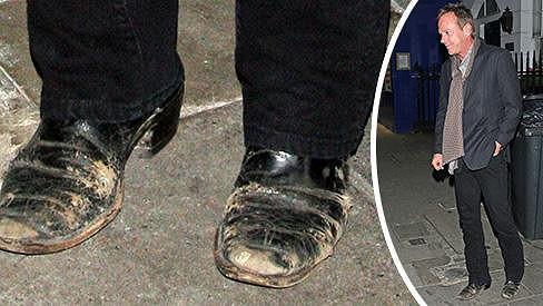 Tímto se Kiefer Sutherland odepsal u všech žen, které si u mužů zakládají na pěkné naleštěné obuvi.