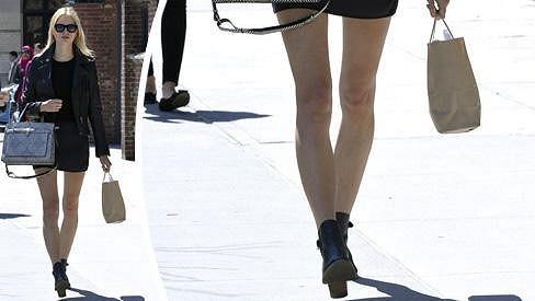 Karolína Kurková má nohy jako hůlky.