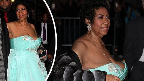 Aretha Franklin si podložila povadlé vnady.