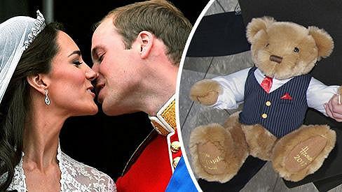 Šťastný Princ William obdaroval svou manželku plyšovým medvědem.