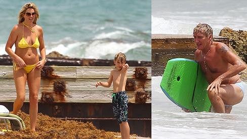 Penny Lancaster se synem pozorují, jak Rod Stewart bojuje s vlnami na boogie boardu.