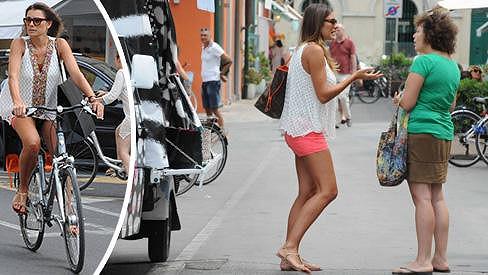 Alena Šeredová si vyjela na nákupy na kole.