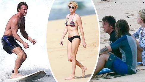 Sean Penn má podezřele blízko k Charlize Theron.