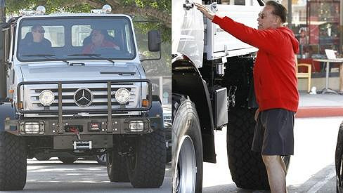 Arnold Schwarzenegger má co dělat, aby do svého auta vůbec vylezl.