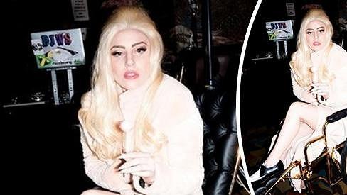 Lady Gaga na kolečkovém křesle, které nazvala Emma.