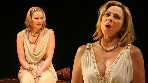Kim Cattrall v divadelním představení Antonius a Kleopatra.