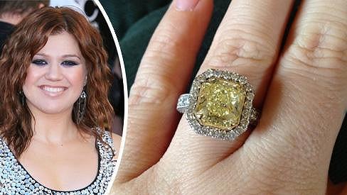Kelly Clarkson se zasnoubila s přítelem Brandonem Blackstockem.