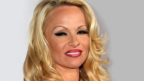 Pamela Anderson kvůli výraznému líčení vypadala poněkud lacině.