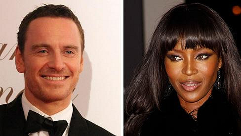Michael Fassbender randí s Naomi Campbell.
