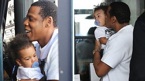 Vzácný náklad: Jay-Z svou dceru nesl více než opatrně.