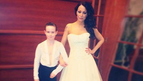 Agáta Hanychová si vyzkoušela svatební šaty.