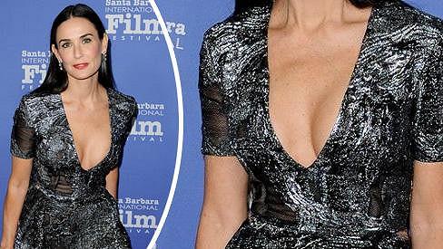 Demi Moore předvedla odvážný dekolt.
