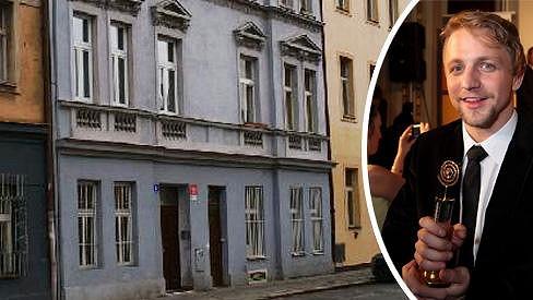 V tomhle domě v pražských Nuslích si Tomáš Klus před rokem a půl pořídil půdní byt.
