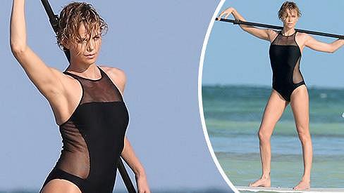 Charlize Theron fotila plavky jako pravá profesionálka.