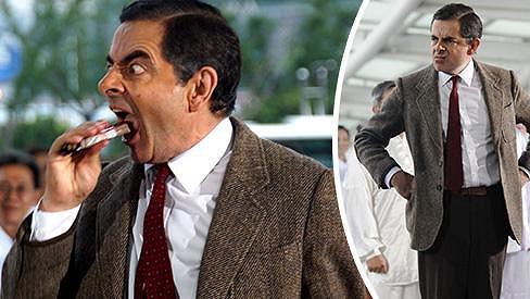 Rowan Atkinson si v Šanghaji znovu vyzkoušel, jak mu jdou grimasy Mr. Beana.