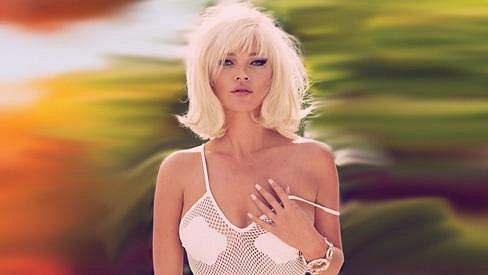 Kate Moss se stylizovala do role krásné Brigitte Bardot.