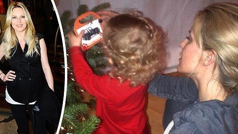 Simona Krainová zdobí se synem Maxem stromeček.