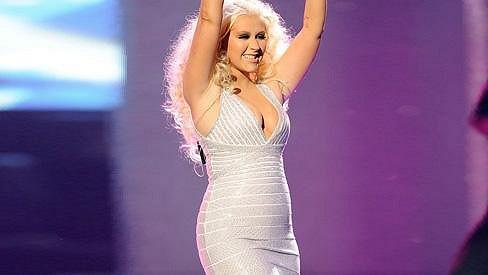 Christina Aguilera v krátkých stříbrných šatech.