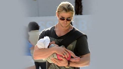 Chris Hemsworth aneb táta za všechny peníze.