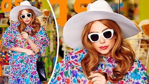 Lady Gaga nakupovala dárečky pro druhého syna Eltona Johna.
