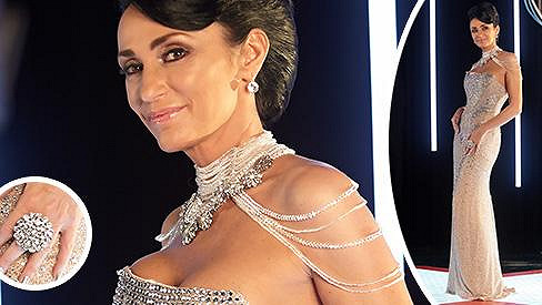 Kvůli vlastní parádě snad zpěvačka odzdobila křišťálový lustr.