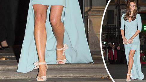 Vévodkyně z Cambridge odhalila své štíhlé nohy v modelu od Jenny Packham.