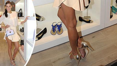 Byl by hřích, kdyby Aneta tyhle nohy skrývala v kalhotách.