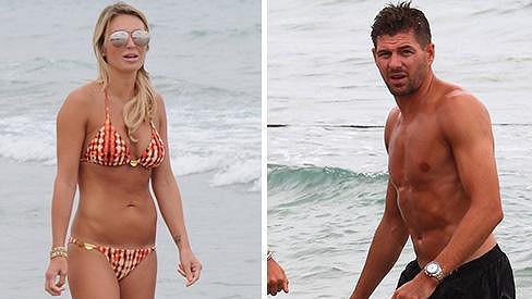 Steven Gerrard si s manželkou užívá sluníčka na Ibize.