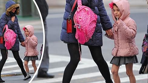 Katie Holmes se Suri v ulicích New Yorku.