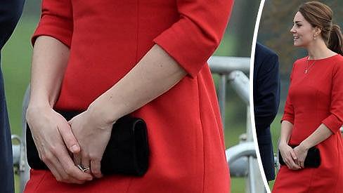 Kate oblékla rudé šaty, bříško v nich neukázala.