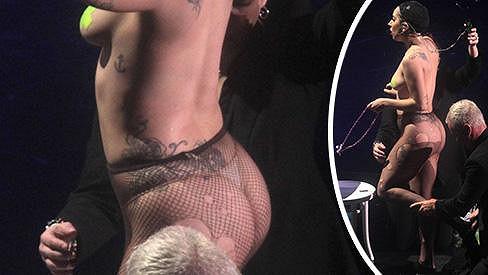 Lady Gaga v zákulisí newyorského koncertu