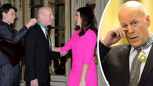 Bruce Willis dostal vyznamenání. Předala mu jej ministryně kultury Aurélie Filippetti.