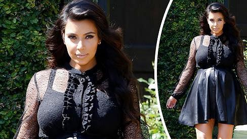 Kim Kardashian v dalším ze svých nepříliš povedených outfitů.